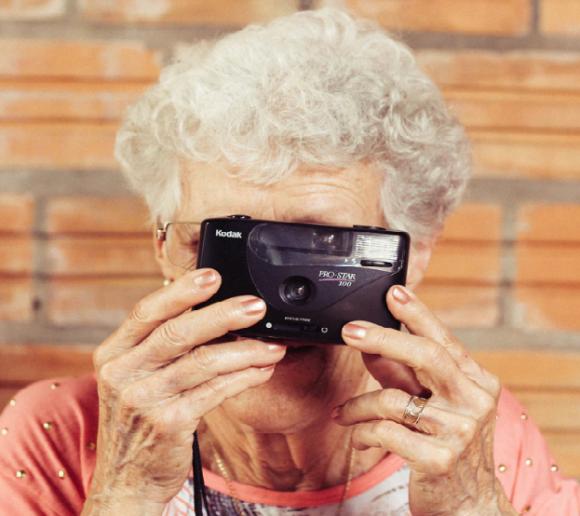 ARC Rynek i Opinia: Seniorzy to w większości optymiści LIFESTYLE, Psychologia - Trzech na czterech seniorów ma pozytywne podejście do życia. Mimo, iż co trzeci nie jest zadowolony ze swojego zdrowia, a 37% musi żyć skromnie lub bardzo skromnie. Najważniejszymi osobami w ich życiu są dzieci, współmałżonek/partner i wnuki.