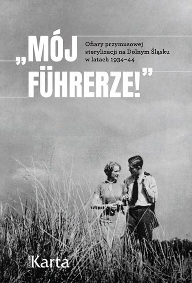 """Zapomniane ofiary nazizmu - spotkanie w Centrum Kultury Jidysz LIFESTYLE, Książka - 29 października o godzinie 19.00 w Centrum Kultury Jidysz w Warszawie odbędzie się spotkanie poświęcone właśnie wydanej książce autorstwa jednej z wykładowczyń CKJ – dr Joanny Ostrowskiej """"<Mój Führerze!> Ofiary przymusowej sterylizacji na Dolnym Śląsku w latach 1934–44""""."""" /></p> <p>29 października o godzinie 19.00 w Centrum Kultury Jidysz w Warszawie odbędzie się spotkanie poświęcone właśnie wydanej książce autorstwa jednej z wykładowczyń CKJ – dr Joanny Ostrowskiej """"<Mój Führerze!> Ofiary przymusowej sterylizacji na Dolnym Śląsku w latach 1934–44"""". Gośćmi będą profesor Jacek Leociak i autorka, a spotkanie poprowadzi Michalina Jadczak.</p> <p>Doktor Joanna Ostrowska, znakomita historyczka, we współpracy z Ośrodkiem KARTA przygotowała wstrząsającą książkę o zapomnianych ofiarach nazizmu. To zbiór kilkunastu biografii ofiar przymusowej sterylizacji z obszaru rejencji wrocławskiej, oparty głównie na zachowanej dokumentacji listowej. Ostatnią instancją odwoławczą w przymusowej procedurze sterylizacyjnej była skarga do Führera, stąd tytuł książki. Rodzina i bliscy """"wyselekcjonowanych"""" osób – czasami przyszłe ofiary – pisali listy z prośbą o łaskę kierowane na adres Kancelarii Rzeszy. Niepełne świadectwa są jedynym ocalałym zapisem relacji prześladowanych.</p> <p>Ten poruszający temat autorka przywołuje z niebytu, wyciąga na światło dzienne historie zapomnianych ofiar nazizmu, które do tej pory były obecne na marginesie historycznych narracji.</p> <p>Spotkanie odbędzie się 29 października o godzinie 19.00 wCentrum Kultury Jidysz, ul. Andersa 15. Publikację w trzech językach (polskim, angielskim i niemieckim) można pobrać za darmo ze strony Ośrodka KARTA:https://ksiegarnia.karta.org.pl/produkt/moj-fuhrerze-ofiary-przymusowej-sterylizacji-na-dolnym-slasku-w-latach-1934-44/</p> <p>Spotkanie odbywa się w ramach projektu współfinansowanego przez Ministra Spraw Wewnętrznych i Administracji</p> """